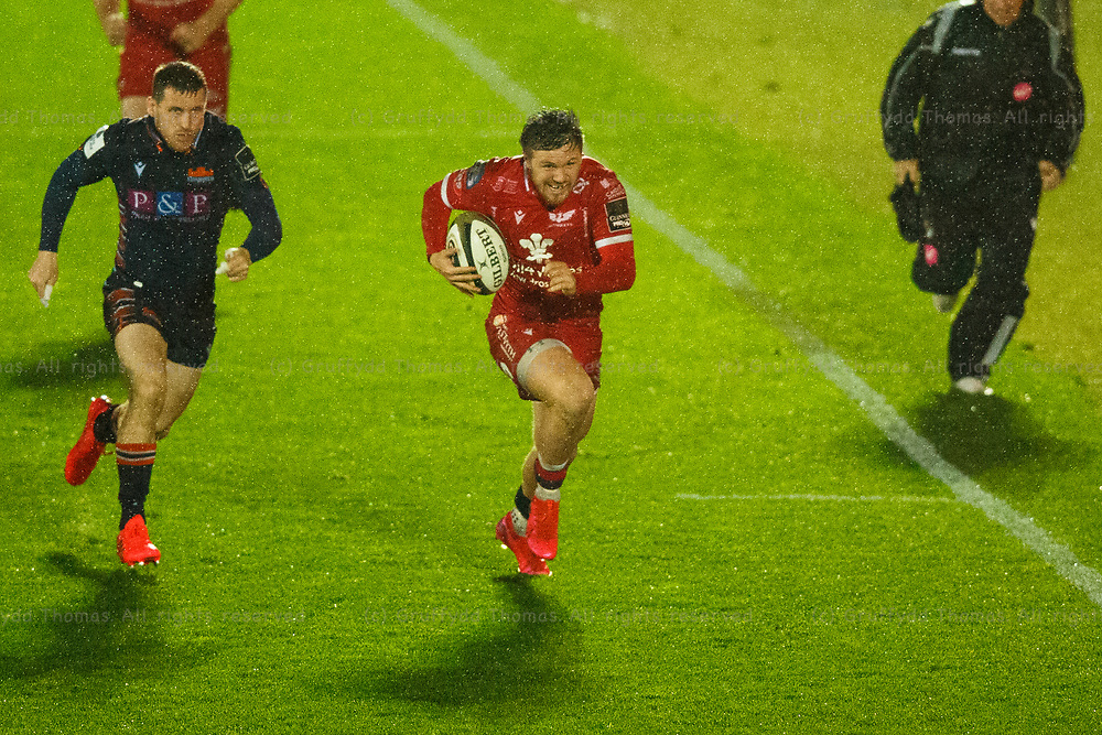 Llanelli, UK. 1 November, 2020.<br /> Scarlets winger Steff Evans on the attack in the Scarlets v Edinburgh PRO14 Rugby Match.<br /> Credit: Gruffydd Thomas/Alamy Live News
