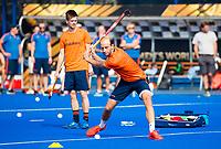 BHUBANESWAR (INDIA) -  Het Nederlands team trainde vanmorgen licht voor de wedstrijd tegen Canada bij het WK Hockey heren. Billy Bakker (Ned) met links Thierry Brinkman (Ned)    COPYRIGHT  KOEN SUYK