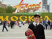 """Jugendlicher Skateboarder am Siegespark in Moskau. Der Siegespark, auch """"Park Pobedy"""" genannt liegt im Südwesten der russischen Hauptstadt und gehört mit zu den wichtigsten offiziellen Gedenkstätten Moskaus. Der Siegespark erinnert an den Sieg im """"Großen Vaterländischen Krieg"""" gegen die Deutschen. Oberhalb der Schriftzug """"Sieg"""" - darunter """"Moskau"""". <br /> <br /> Young skater at the Victory Memorial Park in the southwest of Moscow. The park is dedicated to the victory over Nazi Germany in the Great Patriotic War of 1941-1945. It was opened in 1995 to mark the 50th anniversary of the victory. The lettering above means """"Victory"""" - below """"Moscow""""."""