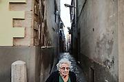 Anziana passeggia per le strade di Troia. Troia 29 Maggio 2014.  Christian Mantuano / OneShot