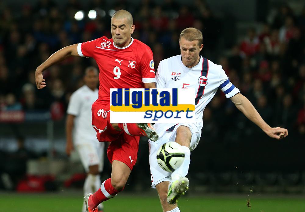Bern, 12.10.2012, Fussball WM 2014 Quali, Schweiz - Norwegen, Eren Derdiyok (SUI) gegen Brede Hangeland (NOR) (Pascal Muller/EQ Images)