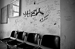 sala d'attesa in una stazione delle Ferrovie sud Est nel Salento. Reportage che analizza le situazioni che si incontrano durante un viaggio lungo le linee ferroviarie delle Ferrovie Sud Est.