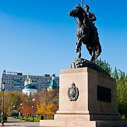 Памятник Оренбургскому казачеству  осенью в Оренбурге