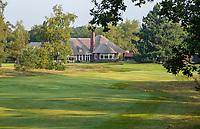 HILVERSUM - Green hole 18 met nieuwe clubhuis.  Hilversumsche Golf Club, COPYRIGHT  KOEN SUYK