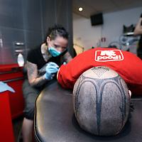 Nederland, Alkmaar , 27 april 2010..brandmerken/implantaten/littekens bij Tattooshop Lab 360..Een klant wordt gebrandmerkt. Branding of a client..Foto:Jean-Pierre Jans