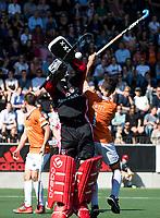 AMSTELVEEN  - Hockey -  1e wedstrijd halve finale Play Offs dames.  Amsterdam-Bloemendaal (5-5), Bl'daal wint na shoot outs. Jamie Dwyer (Bldaal) met Amsterdam keeper Jan de Wijkersloort.   COPYRIGHT KOEN SUYK