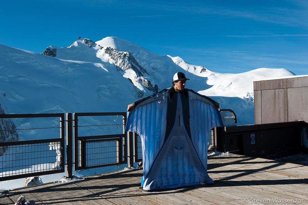 BASE JUMBER ET WINGSUITER  ROCH MALNUIT AVANT LE SAUT DE L AIGUILLE DU MIDI (3800 M) MONT BLANC EN AP