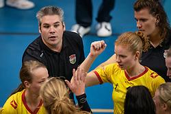 Coach Michael Beugelsdijk of Dynamo Apeldoorn, Ass. Coach Joyce Wassen of Dynamo Apeldoorn in action during the league match Draisma Dynamo vs. Team22 on october 10, 2021 in Omnisport Apeldoorn, Apeldoorn