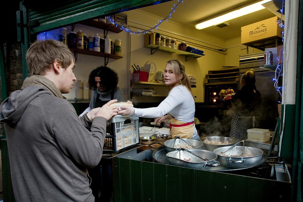 Londyn, 2009-03-06. Stoisko z sandwichami na targu żywność Brought Market