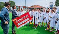 Rotterdam   -   Promotieklasse dames. Victoria promoveert naar de hoofdklasse en krijgt de cheque uit handen van  KNHB bestuurslid Victor Brouwer.   COPYRIGHT KOEN SUYK