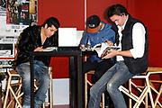Presentatie 11e editie Top 40 Hitdossier en lancering nieuwe website www.top40.nl in De Vorstin, Hilversum.<br /> <br /> Op de foto: Gers Pardoel, Jody Bernal en Jeroen Nieuwenhuize lezen in hun Top 40 dossier