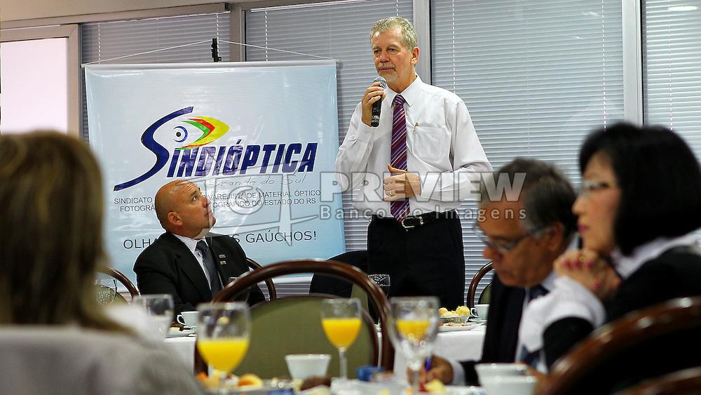 O candidato à reeleição pelo PDT em Porto Alegre, José Fortunati, durante café da manhã com sindicato do setor ótico - SINDIÓPTICA. FOTO: Jefferson Bernardes/Preview.com