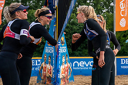 The elbow greet before the start Sanne Keizer and Madelein Meppelink against Brecht Piersma and Desy Poiesz. From July 1, competition in the Netherlands may be played again for the first time since the start of the corona pandemic. Nevobo and Sportworx, the organizer of the DELA Eredivisie Beach volleyball, are taking this opportunity with both hands. At sunrise, Wednesday exactly at 5.24 a.m., the first whistle will sound for the DELA Eredivisie opening tournament in Zaandam on 1 July 2020 in Zaandam.