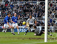 Fotball<br /> Premier League 2004/05<br /> Newcastle v Everton<br /> 28. november 2004<br /> Foto: Digitalsport<br /> NORWAY ONLY<br /> Everton's goalkeeper, Nigel Martyn, pulls off an excellent save to deny Newcastle's Jermaine Jenas his team's second goal