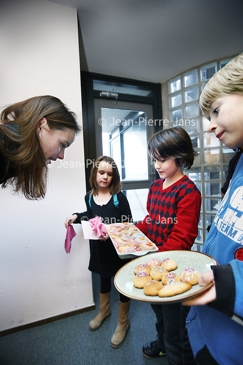 Nederland, Amsterdam , 20 januari 2010...Kinderen gaan met zelfgebakken koekjes en tompoezen van deur tot deur om geld in te zamelen voor de slachtoffers van de aardbeving ramp in Haiti..Foto:Jean-Pierre Jans