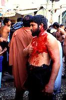 """Pakistan - La fête des soufis - Province du Sind - Sehwan e Sharif - Tombe du saint soufi Lal Shabaz Qalandar - Fête de l'aniversaire de sa mort (Urs) - Hommes Shiites venu pratiquer le """"matam"""", flagellations en la mémoire de l'imam Hussein tué à Kerbala // Pakistan, Sind province, Sehwan e Sharif, Sufi saint Lal Shabaz Qalandar shrine, annual Urs festival"""