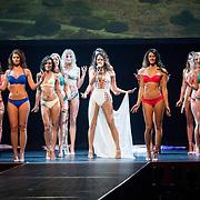NLD/Scheveningen/20180710 - Finale van Miss Nederland verkiezing 2018, Zangeres Elize met de finalisten