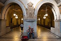 Akkordeonspieler in der Berliner U-Bahn. // <br /> An accordion player in Heidelbergerplatz station, Berlin. // Joueur d'accordéon dans le métro berlinois à la station Heidelbergerplatz, Allemagne.