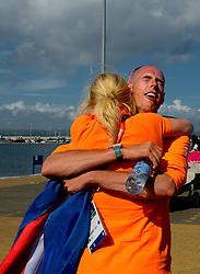 05-08-2012 WATERSPORT: OLYMPISCHE SPELEN 2012 RX-S MEDAL: WEYMOUTH<br /> Dorian van Rijsselberghe, de windsurfer kan het goud bij de Olympische Spelen niet meer mislopen wordt gefeliciteerd door een ploegmaatje<br /> ©2012-FotoHoogendoorn.nl