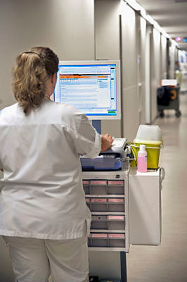 Nederland, Nijmegen, 9-1-2012Een verpleegkundige bekijkt welke medicatie ze moet verstrekken aan een patient. De monitor is bevestigd aan een medicijnkar waarmee aan de hand van het electronisch patienten dossier medicatie kan worden uitgedeeld. Foto: Flip Franssen