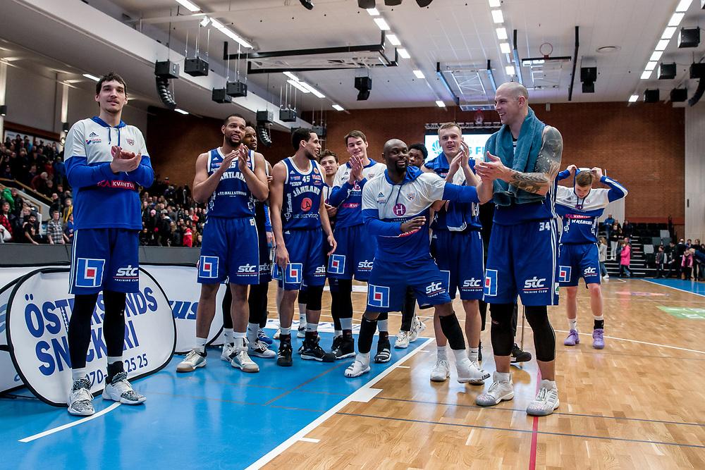 ÖSTERSUND 20200211<br /> Jämtlandsspelarna tackar fansen efter tisdagens match i basketligan mellan Jämtland Basket och Nässjö Basket i Östersunds Sporthall.<br /> <br /> Foto: Per Danielsson/Projekt.P