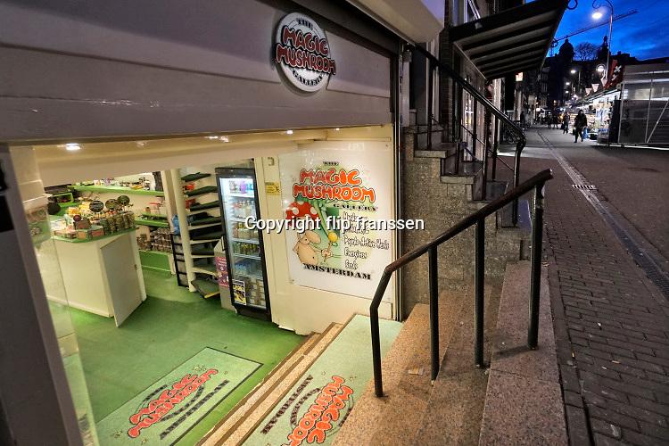 Nederland, Amsterdam, 25-3-2019 Paddoshop op de bloemenmarkt op het Singel . Foto: Flip Franssen