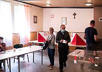Jezewo Stare, 12.07.2020. Druga tura wyborow prezydenckich 2020 N/z glosowanie  w remizie OSP fot Michal Kosc / AGENCJA WSCHOD