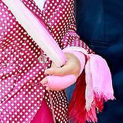 NLD/Weert/20110430 - Koninginnedag 2011 in Weert, Margriet met een gebroken vinger in het gips