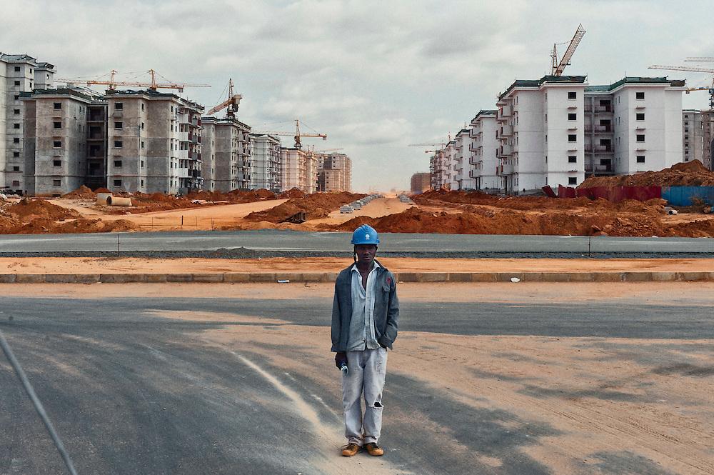 """O Presidente de Angola considerou  ser """"inegável"""" que o problema habitacional é um dos mais difíceis com que o Governo se confronta, dado que o crescimento populacional, sobretudo em Luanda, não tem sido acompanhado pelo correspondente desenvolvimento habitacional. Para combater o problema o governo tomou como meta a construção de um milhão de fogos para os angolanos entre 2009/2012. <br /> Para começar a solucionar o problema da habitação e da centralização dos serviços, o governo criou um programa para a construção de novas centralidades em Angola. Uma das mais conhecidas e cujos primeiros blocos já foram concluídos é a centralidade de Kilamba Kiaxi. <br /> As empresas chinesas foram as<br /> Visitei algumas das novas centralidades em construção, na maioria por empresas chinesas, e lá encontrei jovens angolanos, recrutados pelos chineses para trabalharem como serventes, provenientes de toda a Angola em busca de trabalho e que encontram nestas obras um salário, ainda que baixo, num país procurado por investidores estrangeiros que vêem em Angola uma oportunidade para expandir os seus negócios, entre eles, Portugal."""
