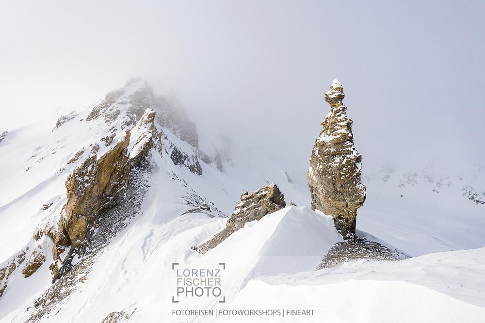 Imposante Felsnadel auf einem Grat im Juliergebiet, Graubünden, Schweiz<br /> <br /> Imposing rock needle on a ridge in the Julier area, Graubünden, Switzerland