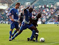 Photo: Olly Greenwood.<br />Gillingham v Swansea City. Coca Cola League 1. 16/09/2006. Swansea's Leon Knight (R) and Gillingham's Ian Cox battle.