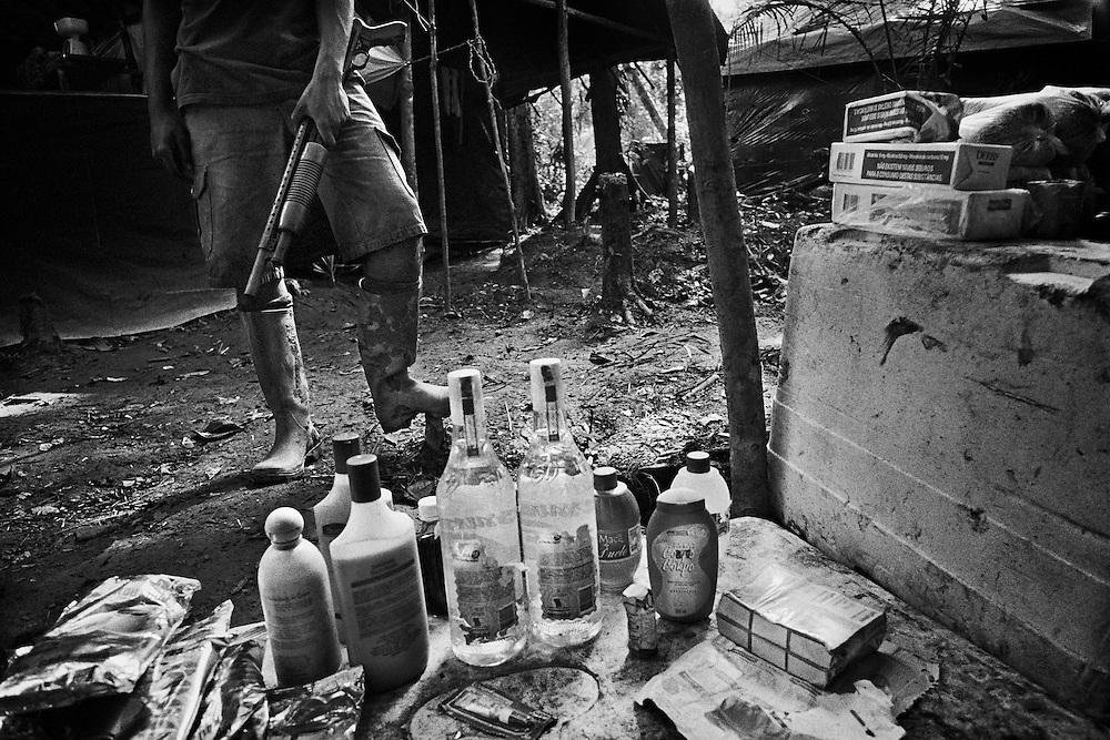 """French guyana, approuague.<br /> <br /> Orpaillage clandestin bresilien, camp de base. Les pirogues bresiliennes assurent le ravitaillement de marchandises et des hommes depuis la frontiere bresilienne. Un reseau de pistes permet aux porteurs d'alimenter la foret. Le gouvernement français pretend arreter cette activite et mene des actions coup de poing en envoyant l'armee dans le cadre de l'operations """"anaconda"""" ou autres """"harpies"""". D'importants stocks de materiel clandestins sont saisis et brules. Souvent, les campements reapparaissent a peine detruits."""