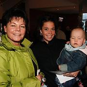 NLD/Rotterdam/20051221 - Premiere Sesamstraat Live, Gertrude Kuijt - van Vuren met haar moeder en zoon