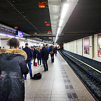 Nederland, Amsterdam , 24 april 2012..Ochtenddrukte op het metrostation van Centraal Station richting Oost..Morning crowd of travellers at underground station central station Amsterdam.