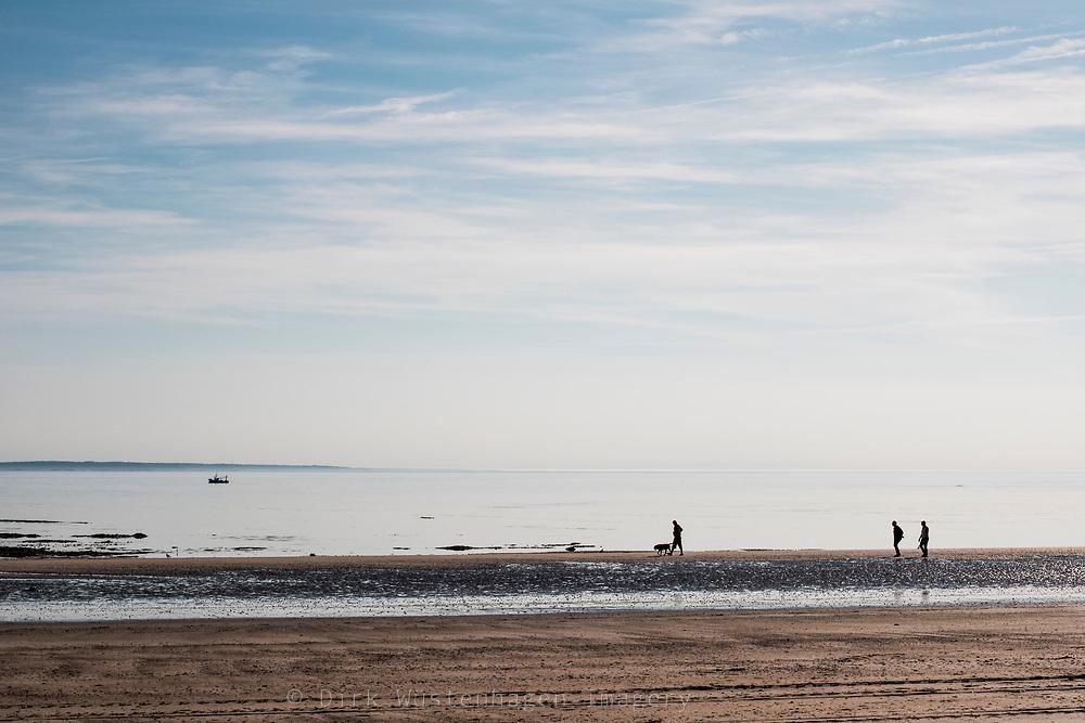 Spaziergänger am Strand von Barnville-Plage, Barnville-Carteret, Normandie, Frankreich