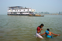 Inde, Bengale-Occidental, le Sukapha sur la riviere Hooghly defluent du Gange, bains ritiuels // India, West Bengal, Sukapha boat on the Hooghly river, part of Ganges river, ritual bath