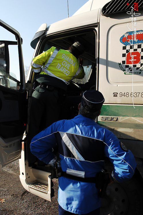 Contrôles routiers communs de la Gendarmerie Nationale (EDSR) et de la Guardia Civile (Trafico) à la frontière franco-espagnole.