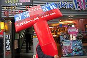 Mann traegt im Zentrum der koreanischen Metropole Seoul ein großes Kreuz. <br /> <br /> Man carrying a big cross in the city center of the korean capital Seoul.