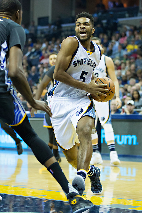 MEMPHIS, TN - DECEMBER 10:  Andrew Harrison #5 of the Memphis Grizzlies drives to the basket during a game against the Golden State Warriors at the FedExForum on December 10, 2016 in Memphis, Tennessee.  The Grizzlies defeated the Warriors 110-89.  NOTE TO USER: User expressly acknowledges and agrees that, by downloading and or using this photograph, User is consenting to the terms and conditions of the Getty Images License Agreement.  (Photo by Wesley Hitt/Getty Images) *** Local Caption *** Andrew Harrison