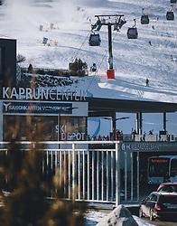 THEMENBILD - mit der MK Maiskogelseilbahn können Skifahrer direkt vom Tal aus auf den Maiskogel und weiter auf das Kitzsteinhorn fahren. Während des 3. Lockdown nutzen einige Skifahrer die Möglichkeit bei schönstem Winterwetter, die gut präparierten Skipisten zu befahren, aufgenommen am 27. Dezember 2020 in Kaprun, Oesterreich // with the MK Maiskogel cable car, skiers can ski directly from the valley to the Maiskogel and on to the Kitzsteinhorn. During the 3rd Lockdown, some skiers took the opportunity to ski the well-prepared slopes in beautiful winter weather, in Kaprun, Austria on 2020/12/27. EXPA Pictures © 2020, PhotoCredit: EXPA/Stefanie Oberhauser