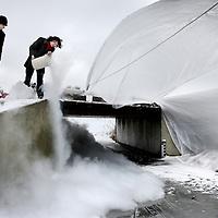 Nederland, Amsterdam , 11 januari 2010..Bij de Bosbaan wordt onder een bruggetje getest hoe extra ijs aangemaakt kan worden door verschillende technieken toe te passen zoals hier op de foto door stikstof toe te voegen aan het bevroren water...Foto:Jean-Pierre Jans