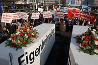 07 NOV 2002, BERLIN/GERMANY:<br /> Spitze des Demonstrationszuges mit zwei Saergen Eigenheimfoerderung und Baugewerbe, Demonstration gegen die Kuerzung der Eigenheimzulage, Karl-Liebknecht-Strasse<br /> IMAGE: 20021107-01-045<br /> KEYWORDS: Demo, Bau, Baugewerbe, Kürzung, Demostrant, demonstrator, Subventionen