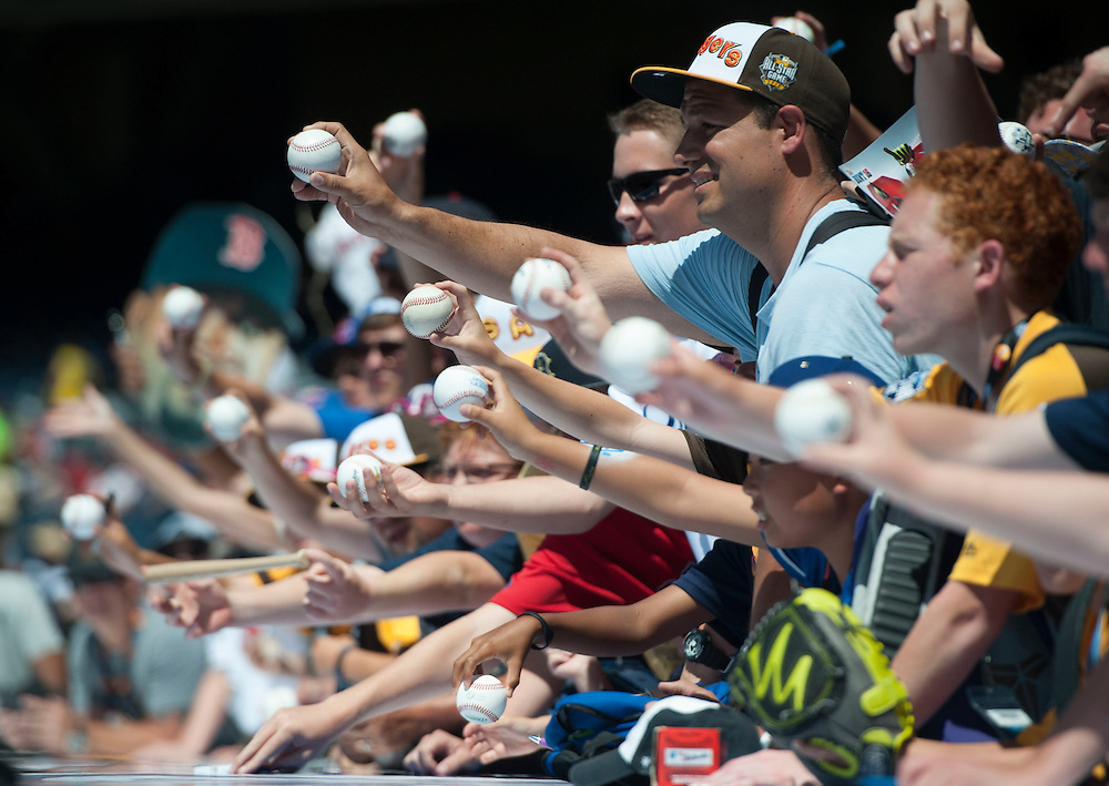 Fans look for autographs before the 2016 MLB All-Star Game in San Diego on Tuesday.<br /> <br /> <br /> ///ADDITIONAL INFO:   <br /> <br /> allstar.0713.kjs  ---  Photo by KEVIN SULLIVAN / Orange County Register  -- 7/12/16<br /> <br /> The 2016 MLB All-Star Game at Petco Park in San Diego.
