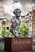 Statue de l'ecrivain néerlandais Multatuli dans le square Torensluis, le long du canal Singel à Amsterdam<br /> Dutch writer Multatuli statue in the square Torensluis along the Singel canal in Amsterdam
