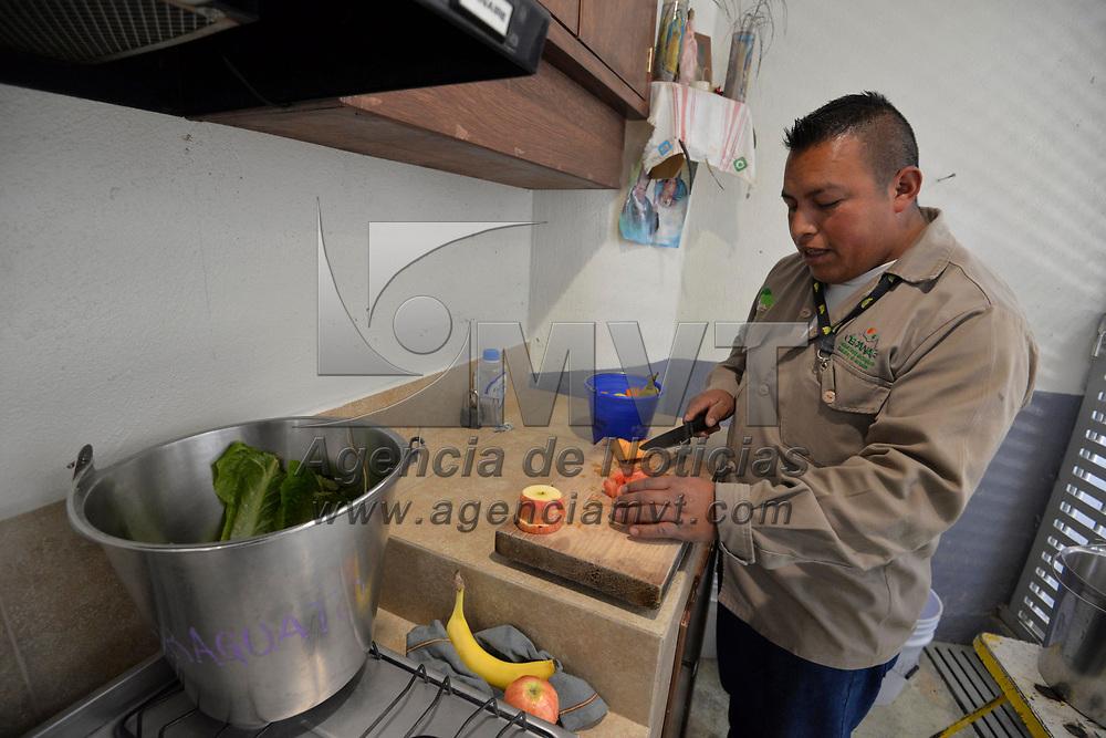 Calimaya, México (Enero 23, 2018).- En el Zoológico de Zacango se han registrado temperaturas muy bajas, por lo que se han redoblado los cuidados preventivos para que evitar que los animales que se encuentran en este lugar se enfermen como darles cobijas, vitaminas, comida especial, entre otros.  Agencia MVT / Crisanta Espinosa.