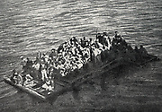 A raft of shipwrecks auxiliary cruiser Gallia, torpedo October 4, 1916 in the morning, is preparing to receive the rope thrown from a lifeguard building.