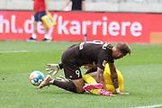 Fussball: 2. Bundesliga, FC St. Pauli - Holstein Kiel, Hamburg, 25.07.2021<br /> Guido Burgstaller (Pauli, l.) - Torwart Ioannis Gelios (Kiel)<br /> © Torsten Helmke