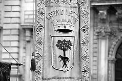 Lecce - Festeggiamenti in onore di Sant'Oronzo, San Giusto e San Fortunato.Lo Stendardo del Comune di Lecce precede le autorità cittadine che partecipano dalla processione.