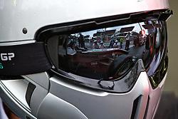 Um carro de Fórmula 1 é visto no reflexo do capacete de um mecânico da equipe Mercedes GP Petronas durante o Grande Prémio do Brasil em Interlagos, em São Paulo. FOTO: Jefferson Bernardes/Preview.com
