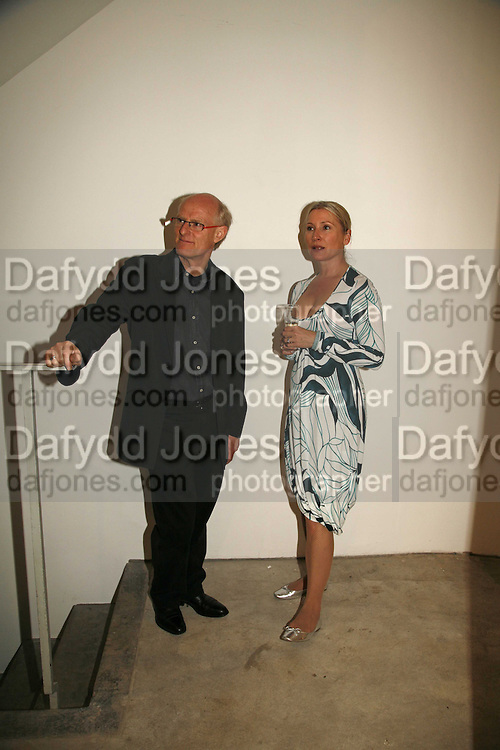 TONY CRAGG AND LYNNE GENTLE, Sculptures. Tony Cragg. Lisson Gallery. Bell st. Collectors opening. 15 May 2006.  ONE TIME USE ONLY - DO NOT ARCHIVE  © Copyright Photograph by Dafydd Jones 66 Stockwell Park Rd. London SW9 0DA Tel 020 7733 0108 www.dafjones.com